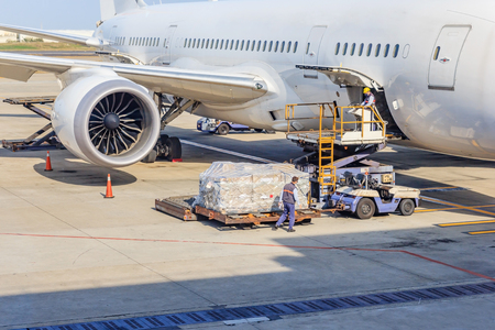 Foto per Loading platform of air freight to the aircraft - Immagine Royalty Free