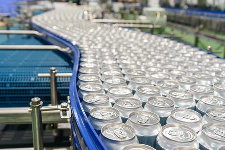Photo pour Conveyor line carrying thousands aluminum beverage cans at factory. Concept of industrial growth. - image libre de droit