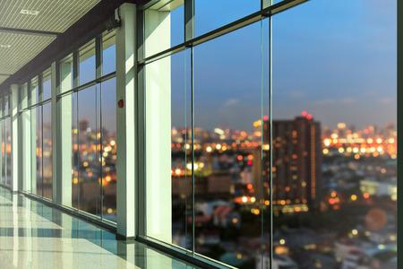 Photo pour Windows in modern office building - image libre de droit