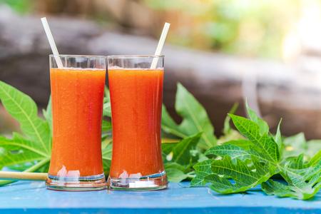 Photo pour Papaya juice on a wooden table - image libre de droit
