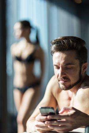 Photo pour Cheating husband texting his lover - image libre de droit