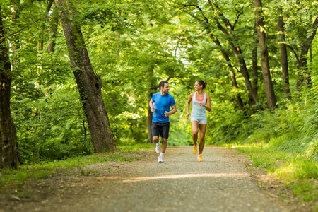 Foto de Young people jogging and exercising in nature - Imagen libre de derechos