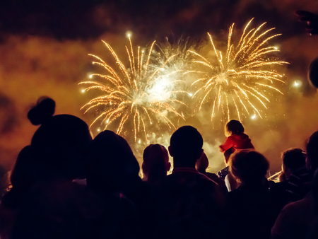 Photo pour Crowd wathcing fireworks and celebrating - image libre de droit