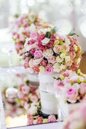 Photo pour Decoration with beautiful roses - image libre de droit