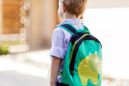 Photo pour Child leaving home to his first day of kindergarten - image libre de droit