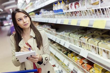 Foto für Beautiful woman shopping in supermarket - Lizenzfreies Bild