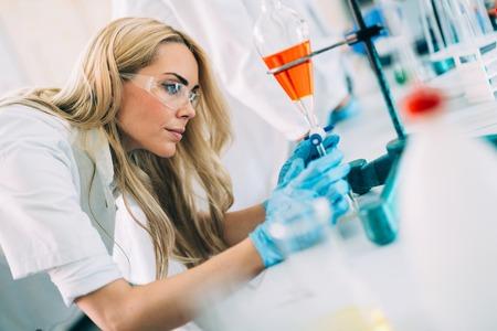 Foto de Female student of chemistry working in laboratory - Imagen libre de derechos
