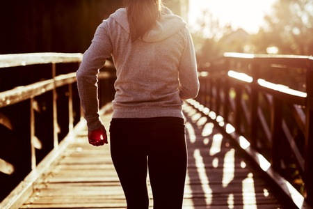 Photo pour Female jogger exercising outdoors - image libre de droit
