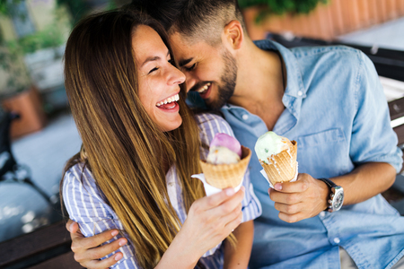 Photo pour Happy couple having date and eating ice cream - image libre de droit