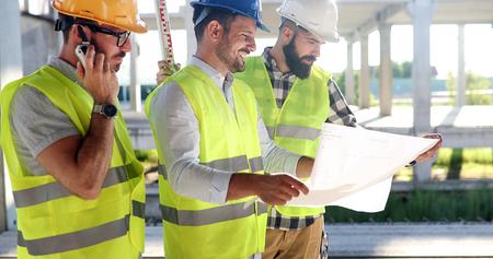 Foto de Group of engineering team had meeting at working site - Imagen libre de derechos