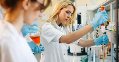 Foto de Young students of chemistry working in laboratory - Imagen libre de derechos