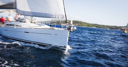 Photo pour Nice view to nacht sailing in open sea at windy day - image libre de droit