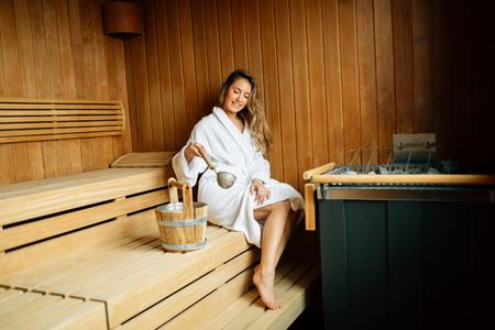 Photo pour Beautiful woman in finnish sauna - image libre de droit