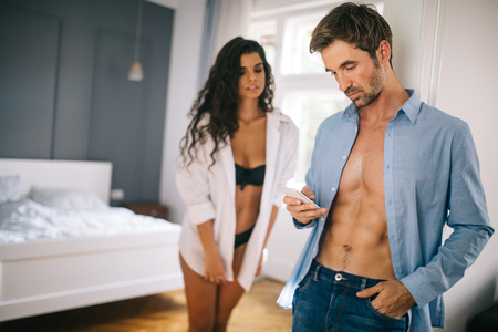 Photo pour Beautiful woman discovering his boyfriend, husband cheating on the mobile phone - image libre de droit