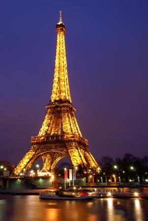 Photo pour PARIS, FRANCE, 2 February 2009: Eiffel tower lit at twilight in Paris, France. The Eiffel tower is the most visited monument of France. - image libre de droit