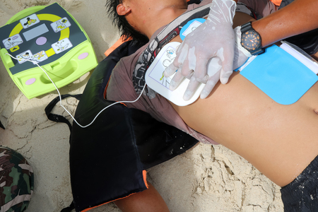 Foto de CPR and AED on the beach ,Training Automated External Defibrillator for Rescue and first aid in Thailand. - Imagen libre de derechos