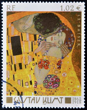 Foto de FRANCE - CIRCA 2002: A stamp printed in France shows famous picture The Kiss (Le Baiser) by Austrian symbolist painter Gustav Klimt, circa 2002 - Imagen libre de derechos