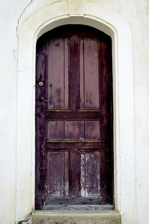 Photo pour wooden door of old house in village of ljubojno, region prespa, macedonia image - image libre de droit