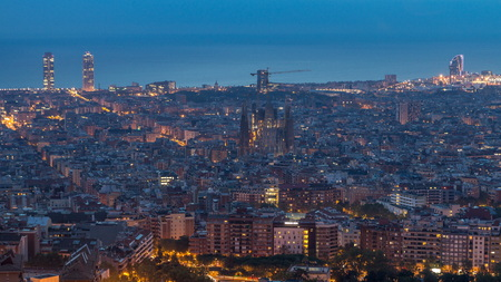 Foto de Panorama of Barcelona night to day , Spain, viewed from the Bunkers of Carmel on a cloudy morning before sunrise. - Imagen libre de derechos