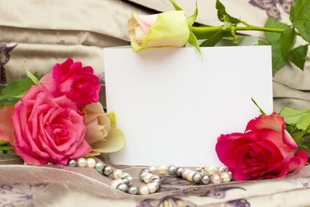 Photo pour roses with pearls strand and blank card background - image libre de droit