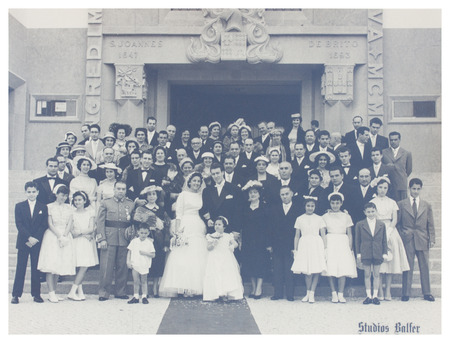 Photo pour PORTUGAL, LISBON - CIRCA 1940s   old photo  of large family with wedding couple  Illustrative Image, subject of human interest  - image libre de droit