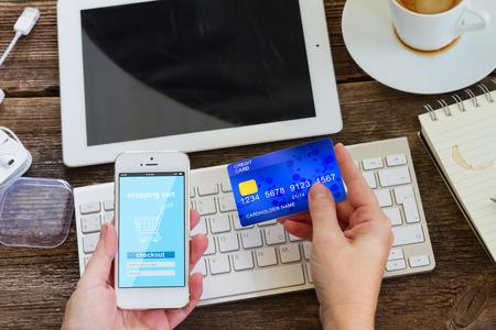 Photo pour mobile shopping concept - image libre de droit