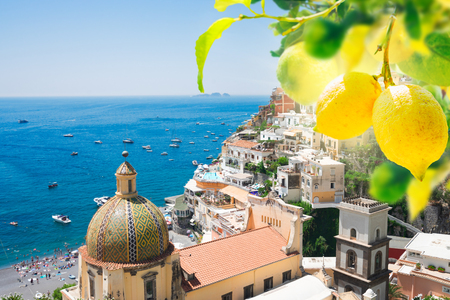 Foto de view of Positano - famous old italian resort with lemons, Italy - Imagen libre de derechos