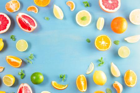 Photo pour citrus food flat lay frame layput on blue background - assorted citrus fruits with mint leaves - image libre de droit