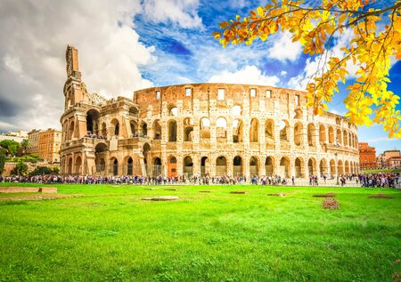 Foto per Ruins of antique Colosseum building at fall day in Rome Italy - Immagine Royalty Free