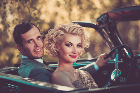 Photo pour Retro couple in convertible - image libre de droit
