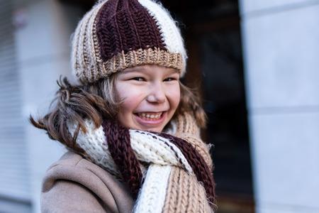 Foto de Portrait of happy young girl posing in the street. - Imagen libre de derechos