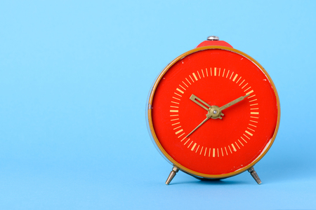 Photo pour Red retro clock on blue background with copy space - image libre de droit
