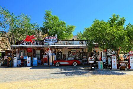 Foto de Route 66 Arizona / USA - 04 29 2013: Oldtimer on Route 66 in Arizona - Imagen libre de derechos