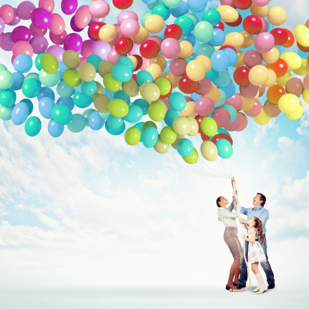 Photo pour Image of happy family holding bunch of colorful balloons - image libre de droit
