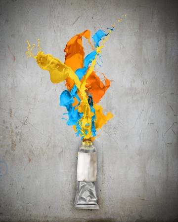 Photo pour Image of paint tube with color splashes - image libre de droit