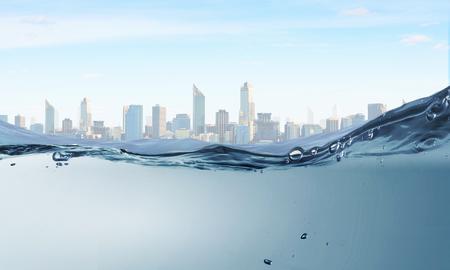Photo pour Underwater image of clear waters and city landscape - image libre de droit