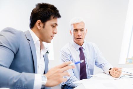 Foto de Two businessman in office having discussion - Imagen libre de derechos