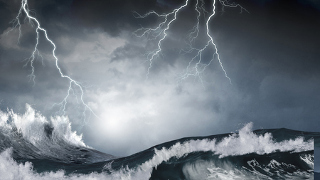 Photo pour Dark clouds and crashing ocean waves during storm - image libre de droit