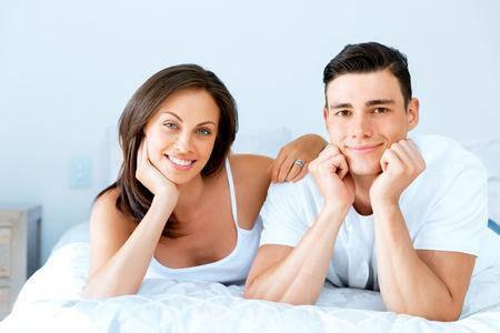 Photo pour Young couple in the bed - image libre de droit