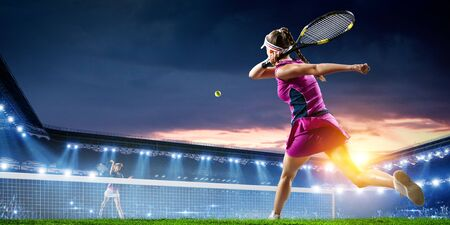 Foto de Young woman playing tennis in action - Imagen libre de derechos