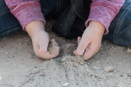 Foto de closeup of hand of little boy playing in the land - Imagen libre de derechos
