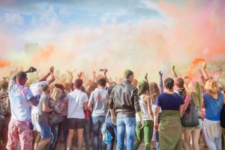 Photo pour Celebrants dancing during the color Holi Festival - image libre de droit
