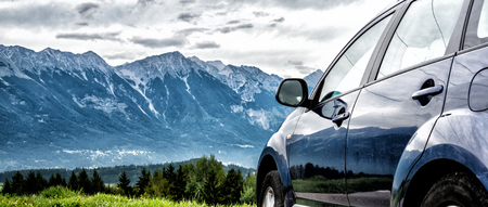 Foto de car for traveling with a mountain road - Imagen libre de derechos