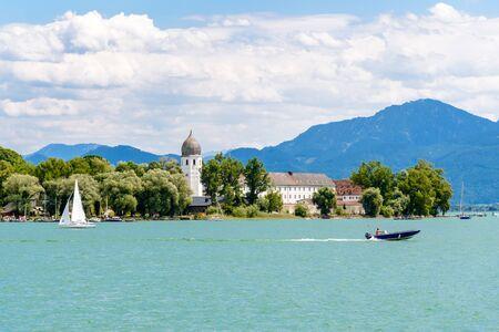 Foto de Fraueninsel, Frauenchiemsee on lake Chiemsee with boat, Sailboat, church, monastery. Bavaria, Bayern, Germany - Imagen libre de derechos
