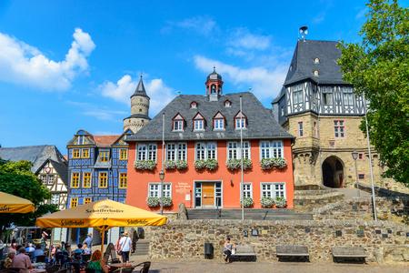Foto de 29 August 2019: Town Hall, Hexenturm. Colorful Half-timbered (Fachwerkhaus) house, houses on marketplace in Idstein, Hessen (Hesse), Germany. Nearby Frankfurt am Main, Wiesbaden - Imagen libre de derechos