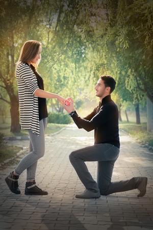 Photo pour Man proposing marriage with a romantic gesture - image libre de droit