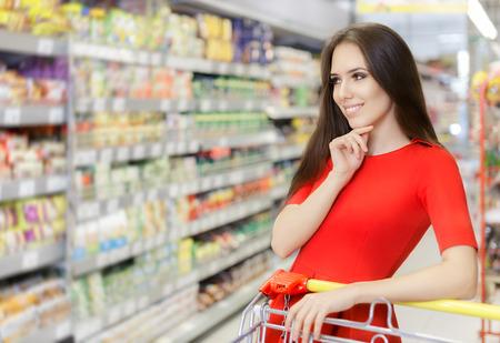 Photo pour Happy Woman Shopping  at The Supermarket - image libre de droit