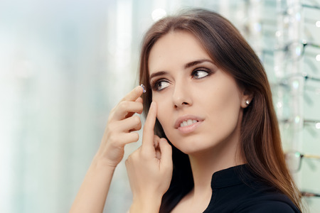 Foto de Woman with Cosmetic Colored in Optical Store - Imagen libre de derechos