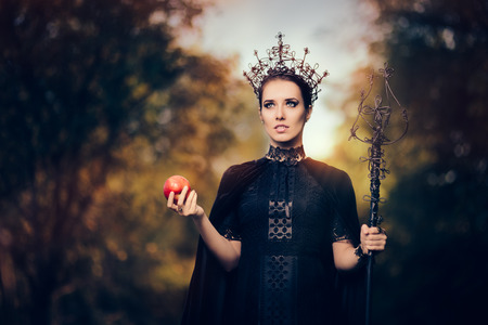 Photo pour Evil Queen with Poisoned  Apple in Fantasy Portrait - image libre de droit
