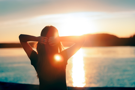 Foto de Happy Hopeful Woman Looking at the Sunset by the Sea - Imagen libre de derechos